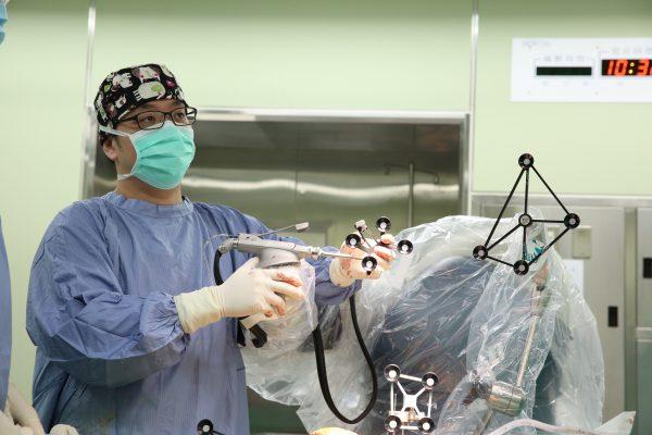 擁有MAKO手術經驗200例以上的 中國醫藥大學新竹附設醫院骨科部主治醫師吳立偉